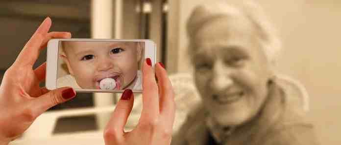 photo d'enfant et de personne âgée