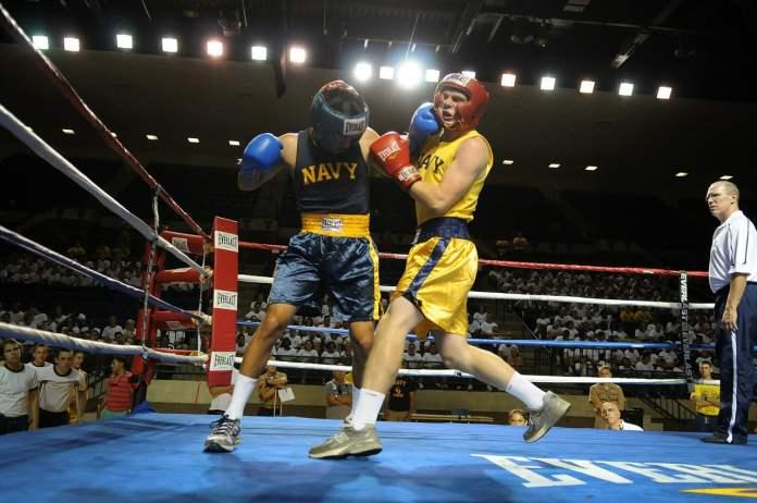 Boxeur qui prend un coup de poing