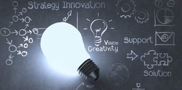 Ampoule allumée devant un tableau de calcul de stratégie