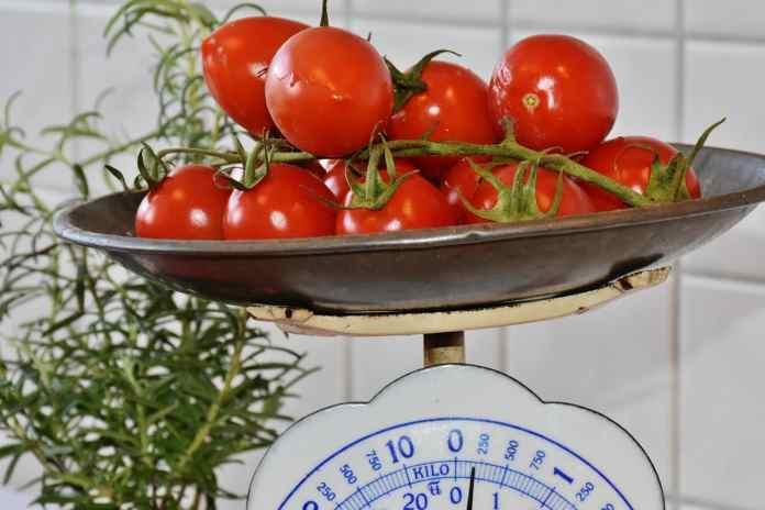 Tomates sur une balance