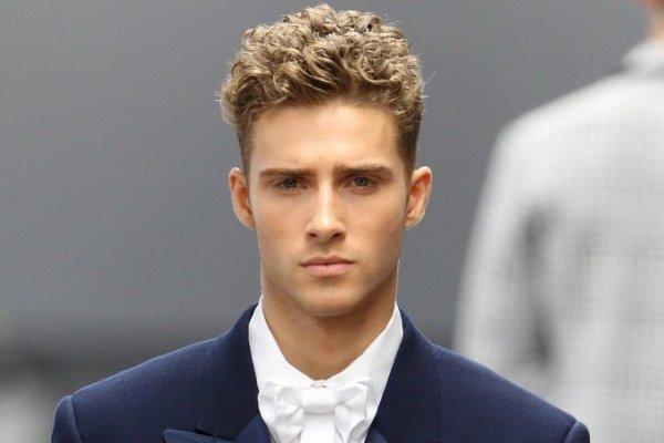 Taglio di capelli ricci per uomo, capelli corti per uomo
