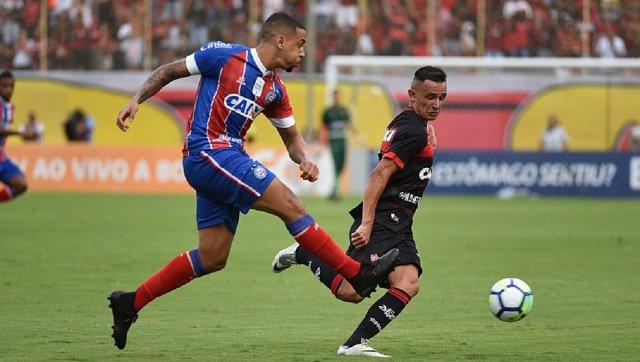 Gregore e Benítez disputam bola no Barradão (Foto  Betto Jr. CORREIO) c4d8b836f54e4