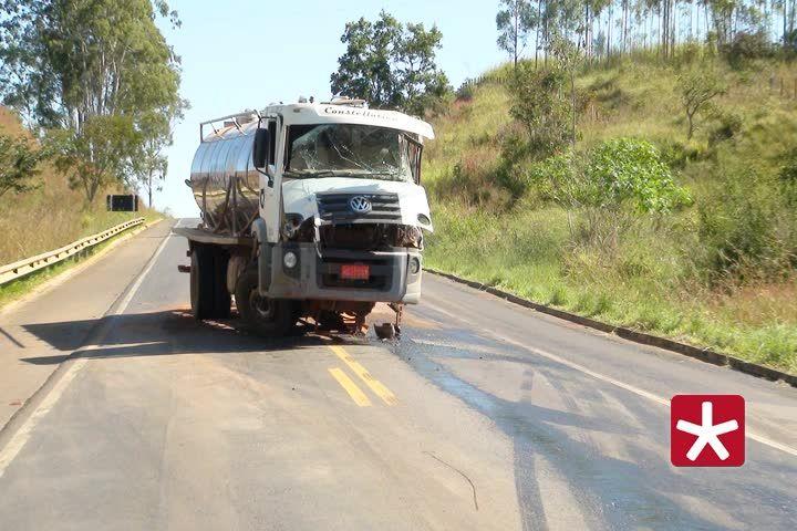 Caminhão com 9 mil litros de leite bate em bitrem próximo à Patos de Minas
