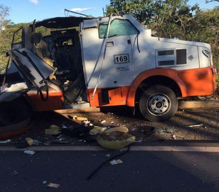 Explosão de carro forte deixa dinheiro espalhado pela rodovia