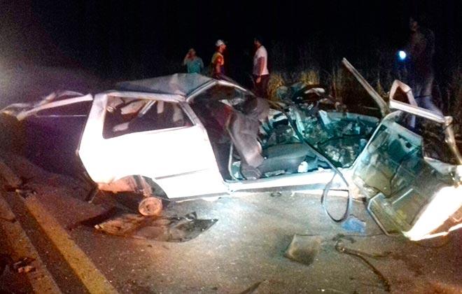 Motorista morre e outros 3 ficam feridos em batida de frente com caminhão tanque