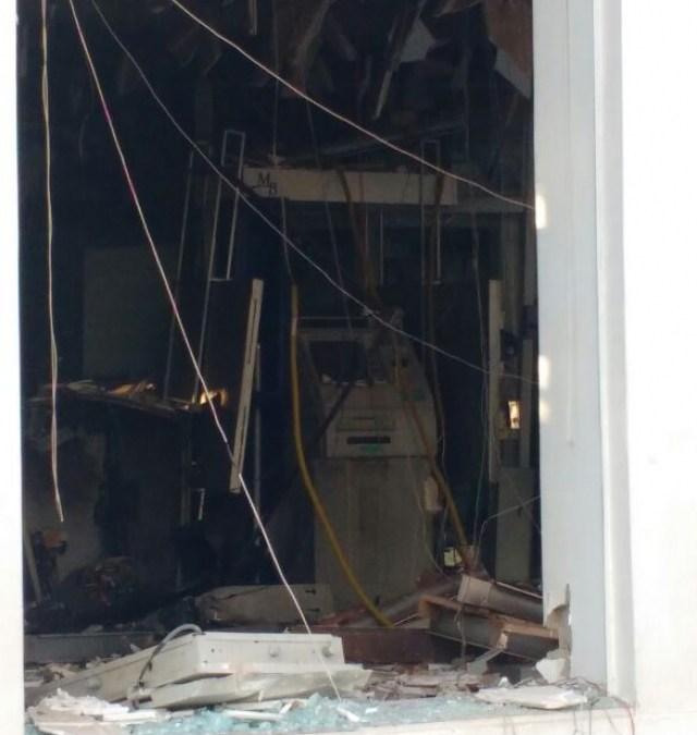 Criminosos explodem caixas eletrônicos de agência bancária