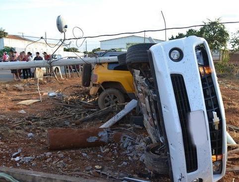 Motorista de Camaro atravessa o pare e causa grave acidente