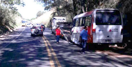 Carreta foge após causar acidente com micro-ônibus de Vazante que transporta pacientes de hemodiálise
