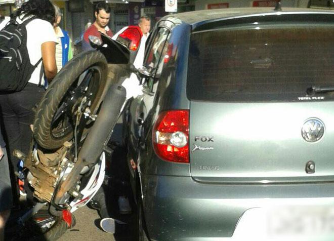 Motociclista é atropelado por carro que avança o sinal