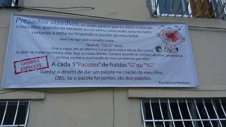 Mãe coloca cartaz em prédio contra vizinhos que palpitam na criação de seu filho