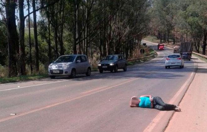 Mulher deita no asfalto e causa acidente na BR-354 em São Gotardo