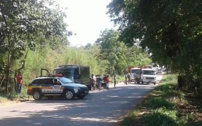 Bandidos em fuga batem em moto, matam dois e capotam na MG-040