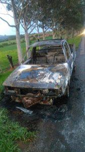 Homem furta veículo em São Gotardo, foge da PM em Rio Paranaíba e carro acaba pegando fogo na MG 230