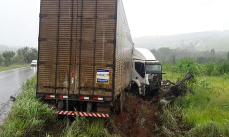 Carreta sai da pista e causa estragos na MGC-354 próximo à Presidente Olegário