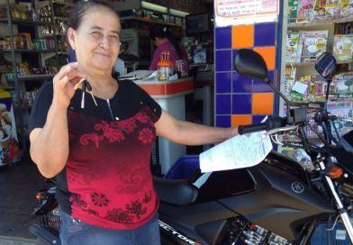 """Ganhadores do """"Festival de Prêmios"""" do Supermercado Martins recebem motos 0km e vale compras"""