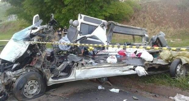 ACIDENTE: 7 pessoas morrem após caminhão passar sobre van em Minas Gerais