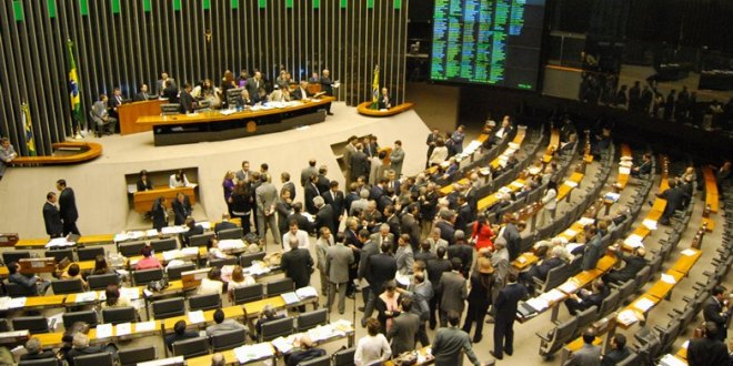 Deputados rejeitam coincidência das eleições. Mandatos terão 5 anos e acabou a reeleição