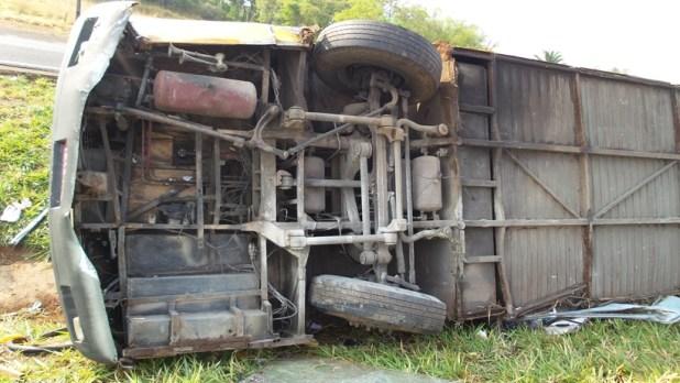 Ônibus ficou tombado no canteiro central da BR-153