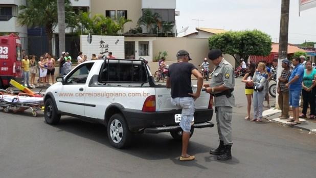 Condutor da Pick Up Fiat Strada fala com Policial Militar