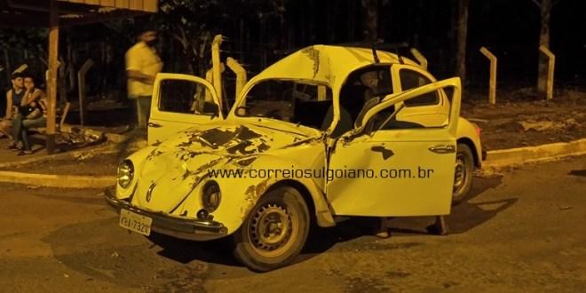 Fusca x ônibus: Colisão deixa carro destruído e mulher ferida em Morrinhos