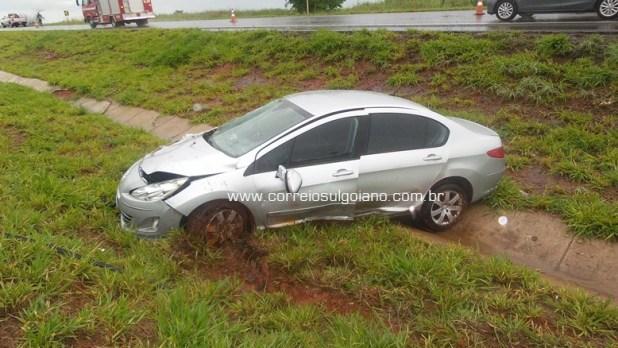 1º acidente: Peugeot 408 saiu da pista e parou no canteiro central