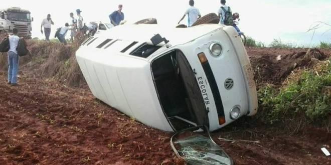 Veículo do transporte escolar sai da pista e tomba na margem da GO-215 em Pontalina – ninguém se feriu