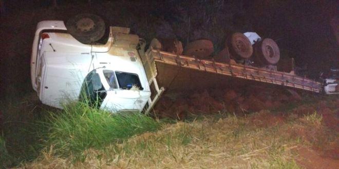 Morte em Morrinhos: BR-153 – acidente entre dois caminhões causa morte de caminhoneiro