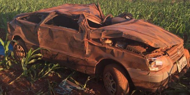 Em meio aos muitos buracos da rodovia GO-215, condutor perde controle e carro capota em Pontalina