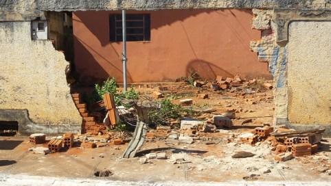 Muro ficou destruído com violência do impacto