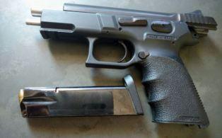 Arma encontrada com o suspeito