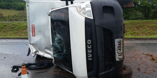 Caminhão tomba na BR-153 em Morrinhos! Motorista foge com auxílio de outros homens. Suspeita de roubo de carga!