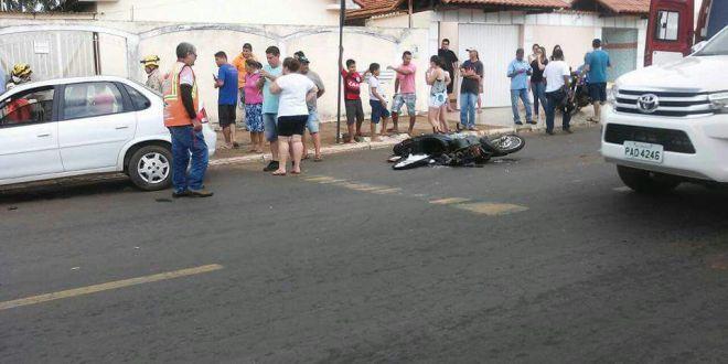 Motociclista fica gravemente ferido após ser abalroado por carro e escapa por pouco de ser atropelado
