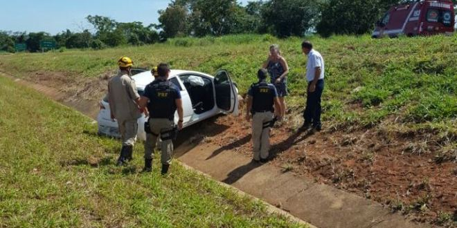 Mulher perde controle da direção e carro sai da pista na BR-153. Ninguém se feriu com gravidade!