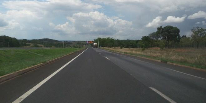 Mulher é encontrada morta entre Morrinhos e Piracanjuba. Corpo estava junto à moto que ela pilotava à margem da BR-153