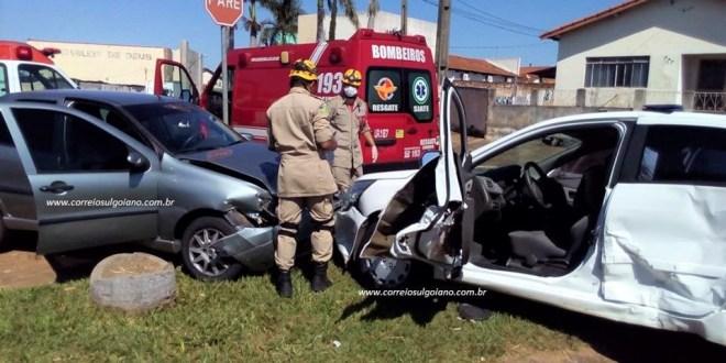 Após acidente condutora fica presa e Bombeiros agem rápido para resgatá-la. Os dois condutores ficaram feridos!