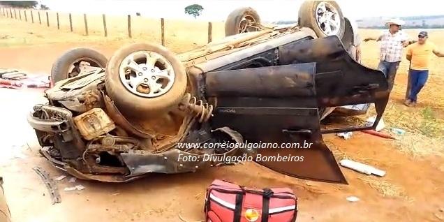 Acidente e morte na rodovia!!! Carro sai da pista, capota e homem morre. Duas mulheres ficaram feridas, em Piracanjuba