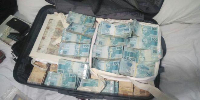 """Dinheiro na mala: R$ 1 Milhão é apreendido pela PM com quadrilha que prometia """"clonar"""" notas. Golpe lesou muitas pessoas!!!"""
