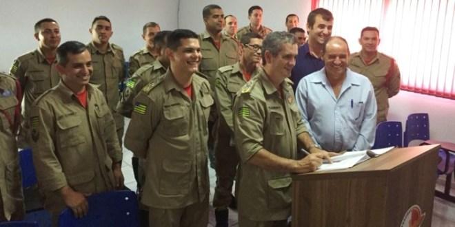 Coronel Helbingen e Major Simões assinam Ordem de Serviço para construção da nova sede dos Bombeiros em Morrinhos