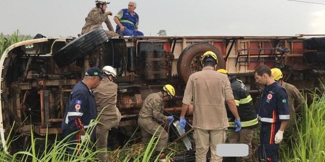 GO-320 em Goiatuba: Caminhão colide contra motociclista e depois tomba. Motociclista morreu no local.