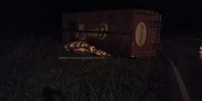 ACIDENTE: Caminhão de distribuidora tomba ao chegar em Morrinhos. Trabalhadores não se feriram