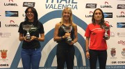 Nieves Carrascosa recibe el trofeo del Circuito Trail Valencia 2016