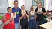 El Centro Ocupacional Vía Libre de Buñol realiza los trofeos de la IV 5K Solidaria