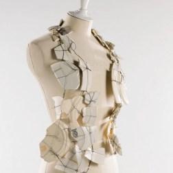 Gilet porcelaine. 47 éclats de porcelaine et faience. Fil de métal argenté. Fil de métal noirci. Automne-hiver 1989-1991.