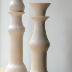 Peças de cerâmica da artista Yoon Young Hur