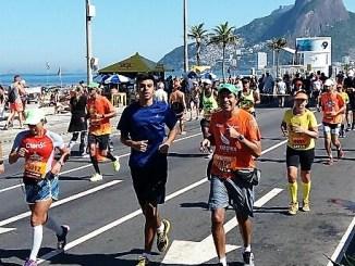 Luis Guedes recebe o apoio do filho em Ipanema durante a Maratona do Rio 2017. Arquivo pessoal