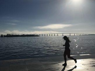 Corredora no Museu do Amanhã, com a Ponte Rio-Niterói ao fundo. Foto Iúri Totti