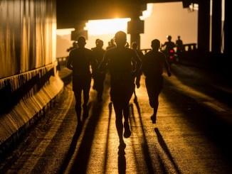 Corredores no Viaduto do Joá durante a Maratona do Rio. Foto de Alexandre Loureiro/Divulgação