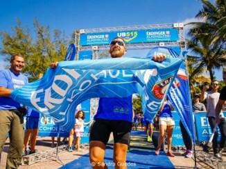 Ricelli Cunha comemora o título da UB515 Brasil Ultra Triathlon de 2017. Foto de Sandra Guedes/Divulgação
