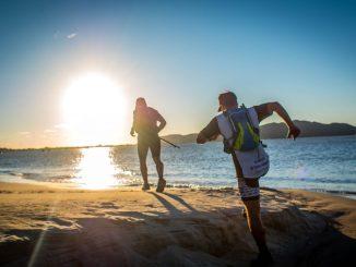 Ultramaratonistas atravessam uma das praias que formam o percurso das 100 milhas da Indomit Costa Esmeralda. Foto de Santiago JJosé Asef/Divulgação