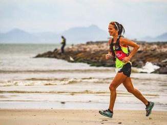 Campeã das 100 Milhas da Indomit Costa Esmeralda, Rosália de Camargo Guarishi voa em uma das praias do percurso